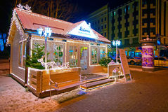 Casa de madera adornada y encendida para la Navidad Imágenes de archivo libres de regalías
