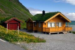 Casa de madera amarilla con la azotea de la hierba Fotos de archivo libres de regalías