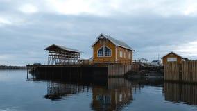 Casa de madera amarilla del rorbu en el fiordo en Nusfjord, uno del pueblo más viejo del pescador de Noruega Islas de Lofoten, No metrajes
