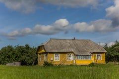 Casa de madera amarilla en el parque nacional de Aukstaitija Imagen de archivo libre de regalías