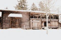 Casa de madera antigua con nieve Imagenes de archivo
