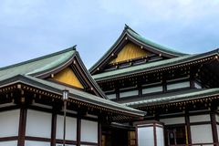 Casa de madera antigua de Japón con el tejado del templo del budismo de Japón en Japón fotos de archivo
