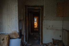 Casa de madera arruinada vieja Edificio de dos pisos previsto para la demolición fotos de archivo libres de regalías