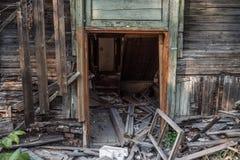 Casa de madera arruinada vieja Edificio de dos pisos previsto para la demolición fotografía de archivo