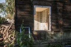 Casa de madera arruinada vieja Edificio de dos pisos previsto para la demolición imagenes de archivo