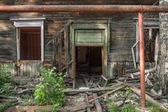 Casa de madera arruinada vieja Edificio de dos pisos previsto para la demolición imagen de archivo libre de regalías