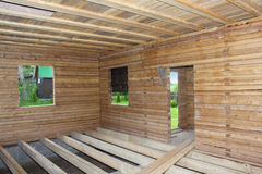 Casa de madera bajo opinión del interior de la construcción Foto de archivo