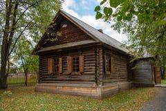 Casa de madera bien mantenida vieja del registro en el pueblo Fotos de archivo libres de regalías