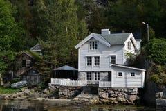 Casa de madera blanca Fotos de archivo libres de regalías