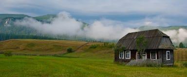 Casa de madera cárpata tradicional Imágenes de archivo libres de regalías