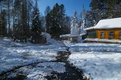 Casa de madera cerca de las aguas termales Foto de archivo libre de regalías
