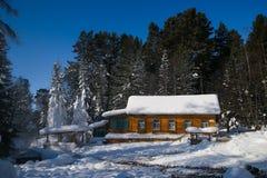 Casa de madera cerca de las aguas termales Imagenes de archivo