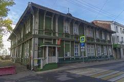 Casa de madera de dos pisos vieja en el centro de Moscú Imagen de archivo