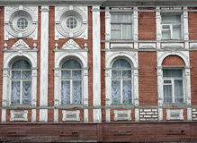 Casa de madera de dos pisos vieja, fachada Imágenes de archivo libres de regalías