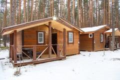 Casa de madera de la huésped en centro de ocio del país Foto de archivo