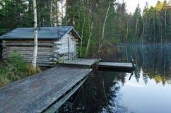 Casa de madera de la sauna en costa del lago del otoño fotografía de archivo libre de regalías