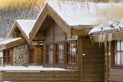 Casa de madera de Norvegian en invierno Imágenes de archivo libres de regalías