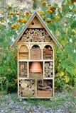 Casa de madera decorativa de Built Insect Hotel del artesano Fotos de archivo libres de regalías