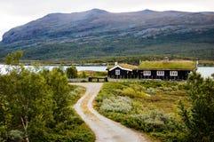 Casa de madera del césped en un fiordo de Noruega Foto de archivo libre de regalías