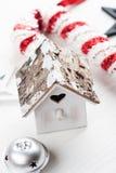 Casa de madera del pájaro del vintage de la Navidad Fotos de archivo libres de regalías