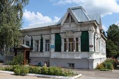 Casa de madera del registro adornada con la talla de madera Fotos de archivo libres de regalías