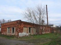 Casa de madera destruida abandonada en peque?o pueblo ruso imagen de archivo