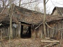 Casa de madera destruida abandonada en peque?o pueblo ruso fotografía de archivo