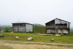 Casa de madera dos en la montaña georgiana Foto de archivo libre de regalías