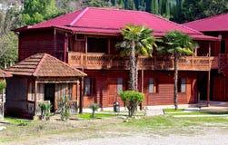 Casa de madera de dos pisos con el tejado rojo oscuro Imagen de archivo