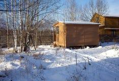Casa de madera en campo Fotos de archivo