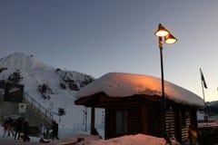 Casa de madera en el borde de las cuestas del esquí de Sestriere, Turín, Piamonte, Italia Imágenes de archivo libres de regalías