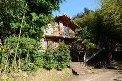 Casa de madera en el bosque Imágenes de archivo libres de regalías