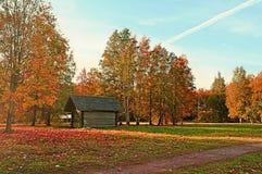 Casa de madera en el bosque - paisaje pintoresco rural del otoño en tiempo soleado Fotografía de archivo