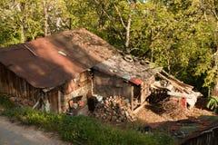 Casa de madera en el campo de Macedonia Imagen de archivo libre de regalías