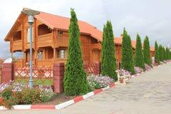Casa de madera en el lago Issyk-Kul foto de archivo