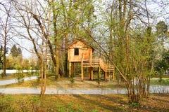 Casa de madera en el parque de la ciudad foto de archivo