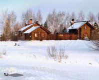 Casa de madera en el pueblo del país en invierno Imagen de archivo