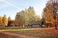 Casa de madera en el pueblo - paisaje coloreado rural del otoño en tiempo soleado Fotografía de archivo libre de regalías