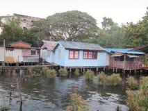 Casa de madera en el río Imagenes de archivo