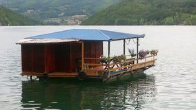 Casa de madera en el río almacen de metraje de vídeo