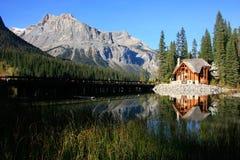 Casa de madera en Emerald Lake, Yoho National Park, Canadá Imagen de archivo libre de regalías