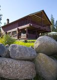 Casa de madera en hierba verde Foto de archivo libre de regalías
