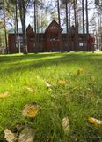 Casa de madera en hierba verde Fotografía de archivo libre de regalías