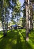 Casa de madera en hierba verde Foto de archivo