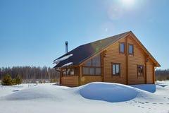 Casa de madera en invierno en el día soleado imágenes de archivo libres de regalías