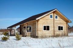 Casa de madera en invierno en el día soleado imagen de archivo libre de regalías