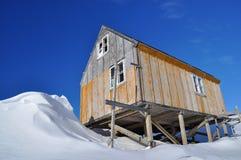 Casa de madera en invierno, Groenlandia Imagen de archivo libre de regalías
