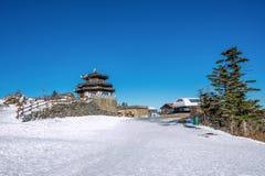 Casa de madera en invierno, montañas Corea de Deogyusan fotografía de archivo libre de regalías