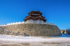 Casa de madera en invierno, montañas Corea de Deogyusan imagen de archivo