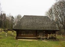 Casa de madera en la hierba Fotos de archivo libres de regalías